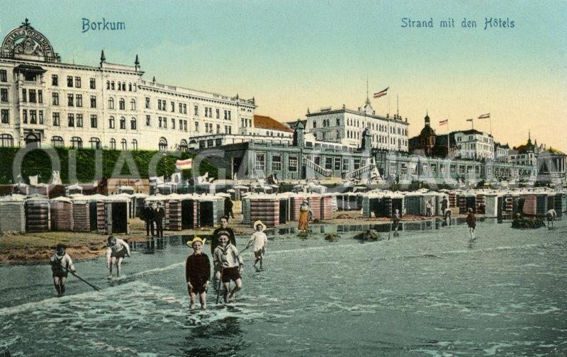 Borkum: Ansicht des Strandes mit Hotels und spielenden Kindern Zeichnung/Illustration