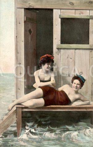 Zwei junge Damen in Badekleidung in Badewagen