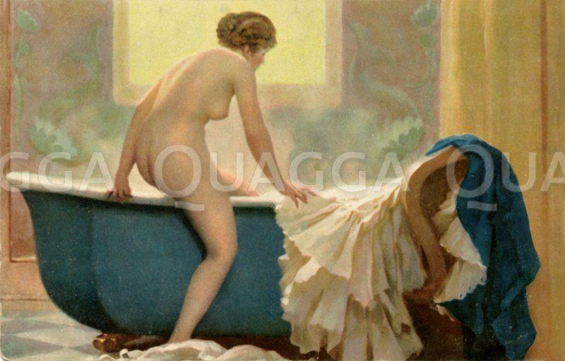 Nackte junge Frau steigt in die Badewanne