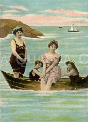 Junge Frauen in Badekleidung in Boot