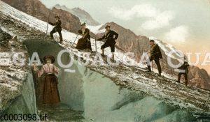 Bergsteiger und Bergsteigerinnen an der Gletscherhöhle