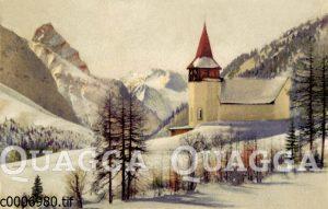Kirche in verschneiter Berglandschaft