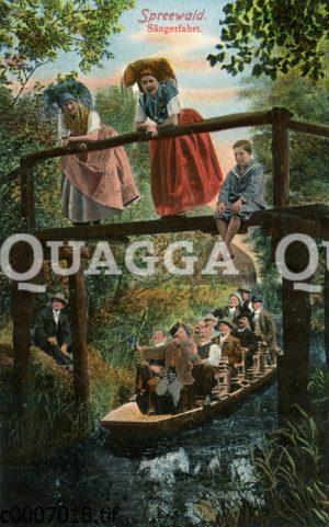 Frauen im Spreewald auf einer Brücke über einem Spreewaldkahn