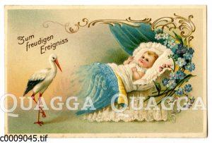 Neugeborenes Baby in Wiege mit Klapperstorch
