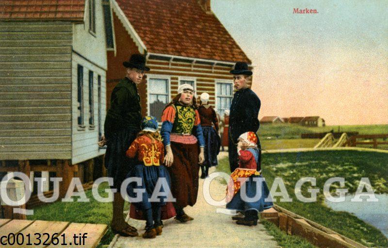 Familie in Tracht auf der Insel Marken