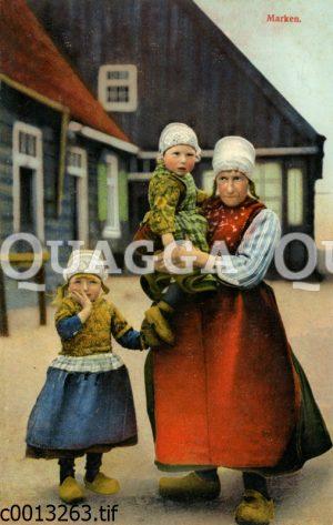 Frau mit zwei Kinder in Tracht auf der Insel Marken