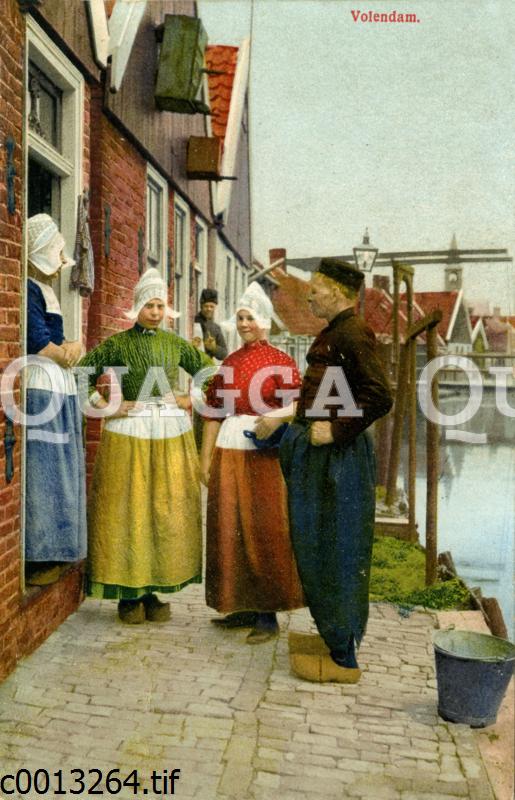Menschen in Tracht in Volendam in Nordholland
