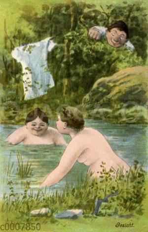 Füllige Frauen baden nackt und werden von einem Mann im Gebüsch beobachtet