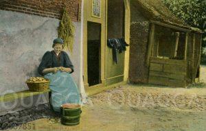 Frau beim Kartoffelschälen in Laren