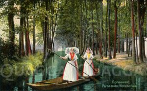 Spreewald: Zwei Frauen in Tracht auf einem Spreewaldkahn