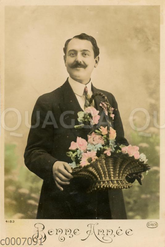 Festlich gekleideter Mann mit Blumenkorb