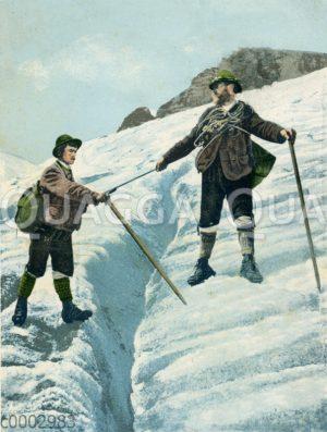Bergsteiger beim Überqueren einer Gletscherspalte