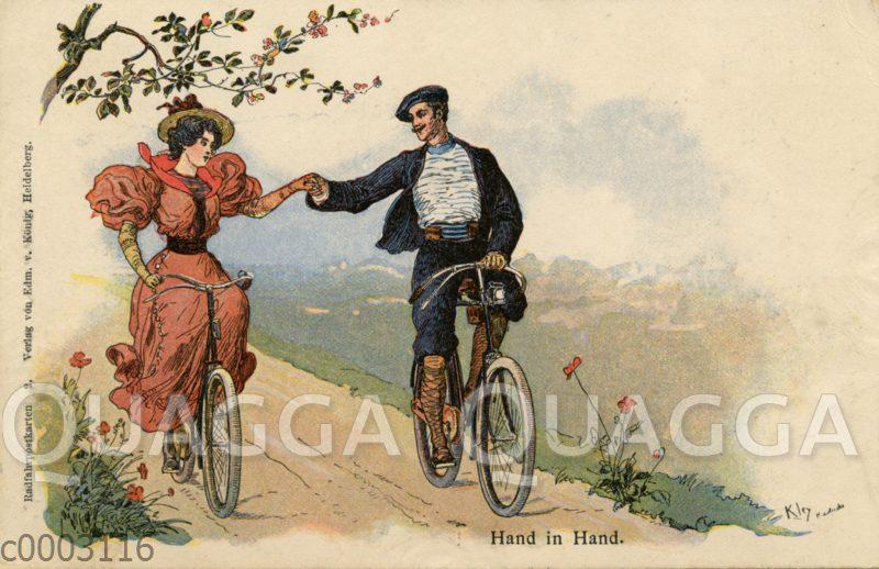 Junge Frau und junger Mann radeln Hand in Hand