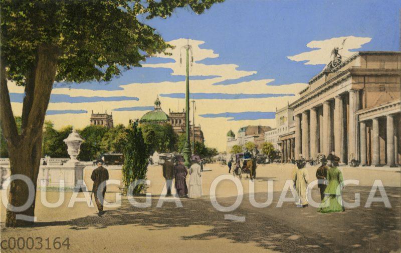 Berlin: Spaziergänger am Brandenburger Tor