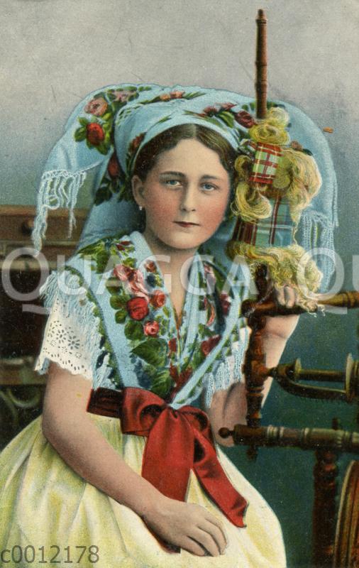 Mädchen in der Tracht des Spreewalds mit Spinnrad