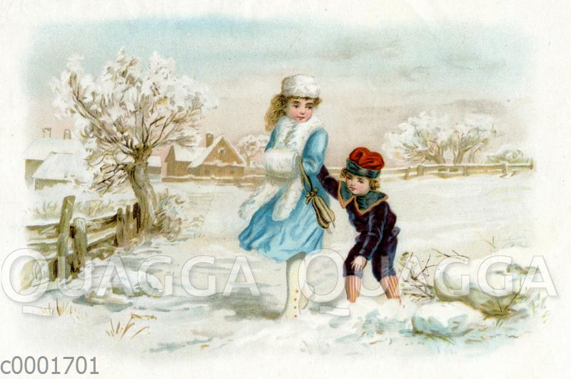 Junge Frau mit Muff geht mit kleinem Jungen durch den Schnee