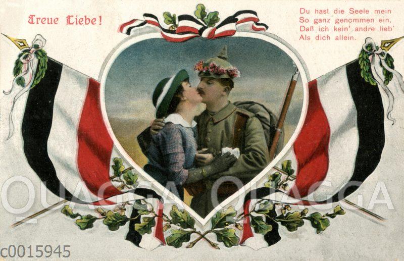 Soldat mit blumenumkränzter Pickelhaube küsst Frau