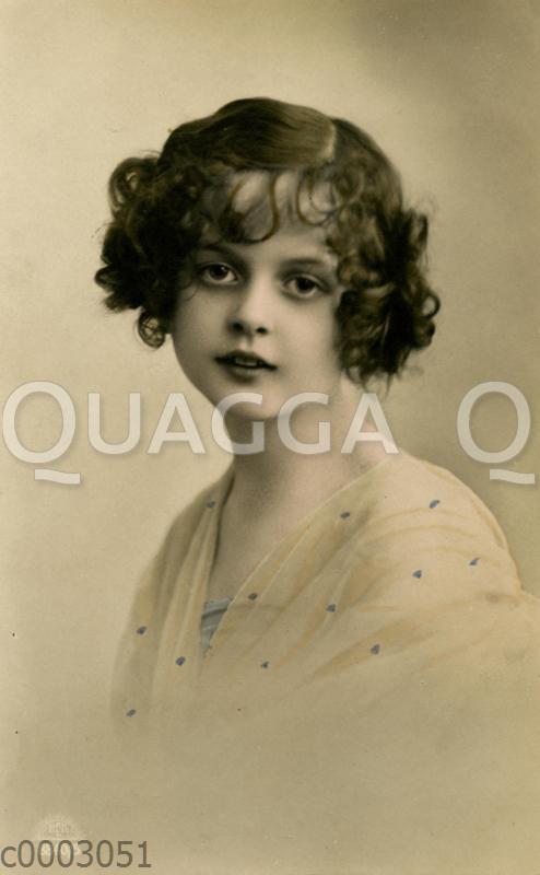 Porträt einer jungen Frau mit lockigen Haaren