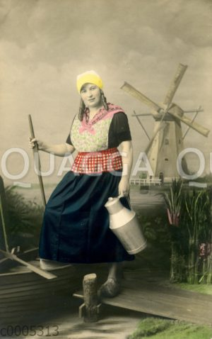 Holländische Bäuerin posiert mit Milchkanne