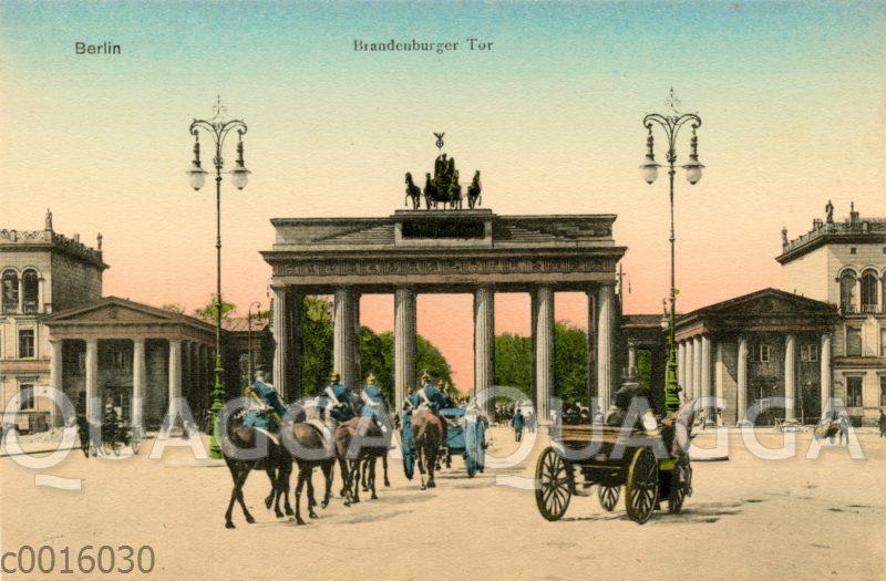 Durch das Brandenburger Tor in Berlin reitende Soldaten mit Pickelhaube