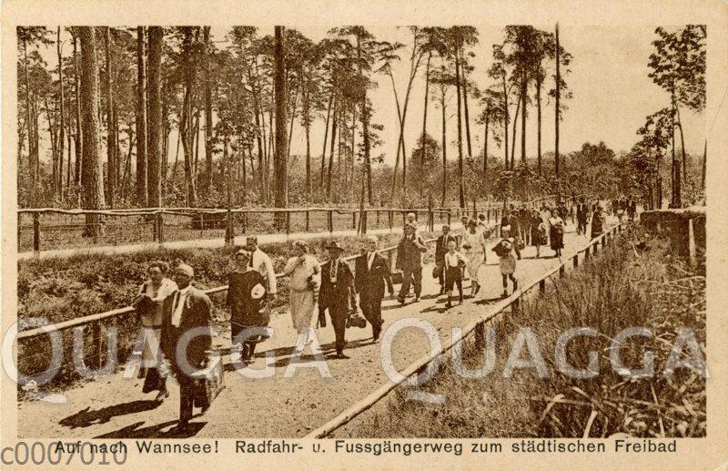Radfahr und Fußgängerweg zum städtischen Freibad in Wannsee