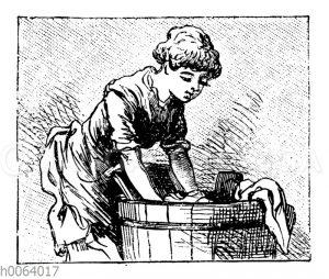 Frau wäscht Wäsche in einem Zuber
