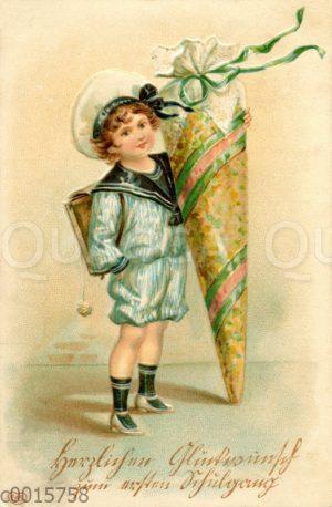 Junge im Matrosenanzug mit großer Schultüte