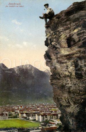 Bergsteiger raucht eine Pfeife am Abhang bei Innsbruck