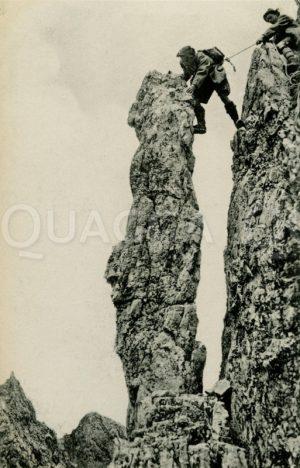 Bergsteiger an einem Felsturm
