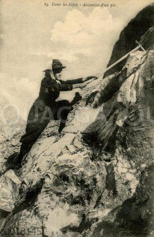 Bergsteigerin beim Besteigen eines Berges