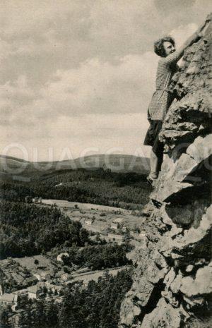 Junge Frau beim Klettern an einem Felsen bei Stutzhaus-Luisenthal bei Ohrdruf in Thüringen