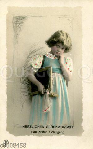 Mädchen in hellblauem Kleid und Schultafel