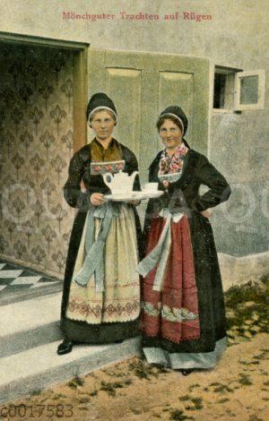 Zwei Frauen in Mönchguter Trachten auf Rügen mit Tee- oder Kaffeegeschirr