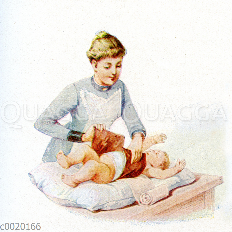 Mutter umwickelt Baby mit Bauchwickel