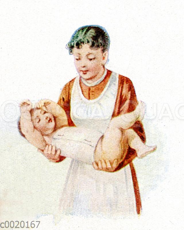 Mutter oder Kinderfrau trägt mit mit Bauchwickel umwickelts Baby